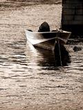 Boot die door pijler in overzees wordt vastgelegd Royalty-vrije Stock Foto's