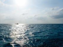Boot die in het overzees drijft royalty-vrije stock afbeelding