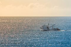 Boot die het overzees kruisen tijdens een mooie zonsondergang in polis van Florianà ³, Santa Catarina, Brazilië royalty-vrije stock afbeelding