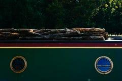 Boot die hout vervoeren Stock Afbeelding