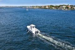 Boot die in Matanzas-Baai in de Historische Kust van Florida varen royalty-vrije stock afbeeldingen