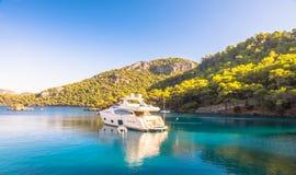Boot die in Middellandse Zee Marmaris, Turkije varen Stock Foto's