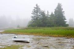 Boot die in mist aan de grond wordt gezet Royalty-vrije Stock Fotografie