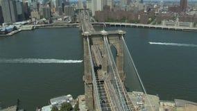 Boot die onder de brug van Brooklyn gaan stock video