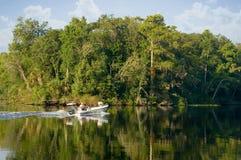Boot die onderaan een rivier gaat Stock Fotografie