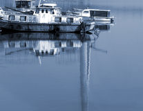 Boot die onderaan een rivier gaat Royalty-vrije Stock Afbeelding