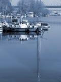 Boot die onderaan een rivier gaat Stock Afbeelding