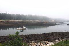 Boot die onderaan rivier gaan royalty-vrije stock afbeelding