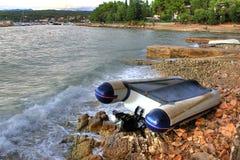 Boot die op de overzeese kust na sterk onweer wordt verpletterd Royalty-vrije Stock Foto
