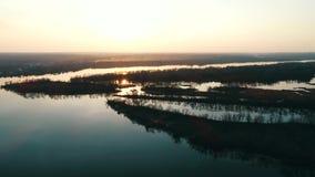Boot die op de rivier bij zonsondergang varen stock video