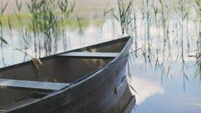Boot die op een meer of een vijver drijft stock footage