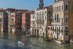 Boot die op Grand Canal langs Venetiaanse gebouwen reizen royalty-vrije stock foto's