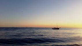Boot die op het kalme overzees drijven stock footage