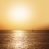 Boot die op het overzees bij zonsondergang varen Royalty-vrije Stock Afbeelding