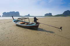 Boot die op het Strand van het Zand wordt geplakt stock foto