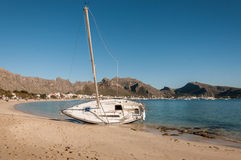 Boot die op het strand is vastgelopen Royalty-vrije Stock Foto