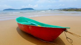 Boot die op het strand wordt geparkeerd stock afbeelding