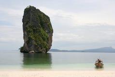 Boot die op het strand wordt verankerd stock fotografie