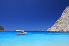 Boot die op Navagio strand, het eiland van Zakynthos wordt verankerd Royalty-vrije Stock Fotografie