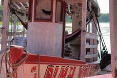 Boot die op Zwarte Rivier in Amazonas drijven royalty-vrije stock foto