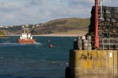 Boot die Padstow-haven Cornwall verlaten stock foto's
