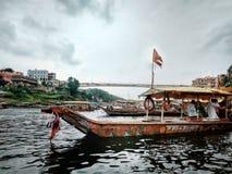 Boot die pelgrims nemen aan een andere kant van rivier Royalty-vrije Stock Foto's