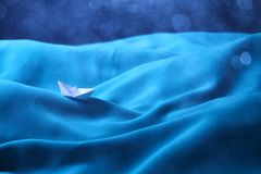 Boot die in stormachtige overzees, concept wordt opgesloten depressie - Reeks 9 Royalty-vrije Stock Foto