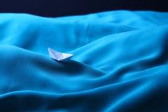 Boot die in stormachtige overzees, concept wordt opgesloten depressie - Reeks 4 Royalty-vrije Stock Fotografie