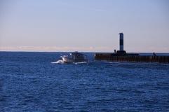 Boot die vuurtoren overgaan Stock Foto