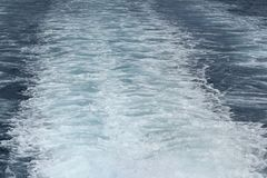 Boot die Waterslepen op Overzees verlaten stock foto's