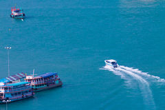 Boot die zich in overzeese heldere kleuren bewegen Stock Fotografie