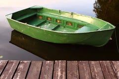 Boot door de pijler Stock Fotografie