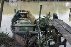 Boot door de rivieroever Stock Afbeeldingen