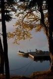 Boot door Dok in een Adirondack Autumn Dawn stock afbeelding