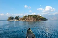 Boot, Dorf und See stockfotografie