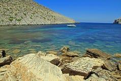 Boot in duidelijk blauw water van Cala Castell Stock Afbeelding