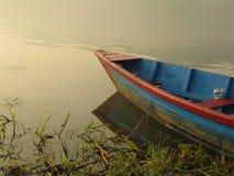 Boot durch das Phewa-Ufer lizenzfreies stockbild