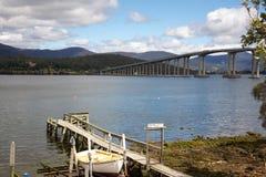 Boot durch den Fluss nahe Tasman Brücke lizenzfreie stockbilder