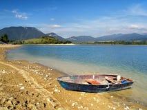Boot durch den See Stockfoto