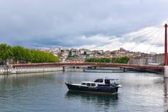 Boot durch die Brücke in Lyon lizenzfreie stockfotos