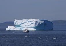 Boot durch Iceberg mit glücklichem Gesicht Lizenzfreie Stockbilder