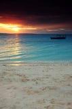 Boot in een donkere zonsondergang - Zanzibar Stock Afbeeldingen