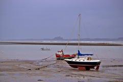 Boot in een haven met uit getijde stock afbeelding