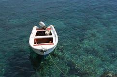 Boot in een kristalwater - RUW formaat royalty-vrije stock foto