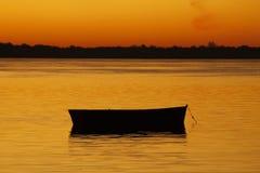 Boot in een rode rivier Stock Fotografie