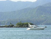 Boot an einem brasilianischen Sommertag Lizenzfreies Stockfoto