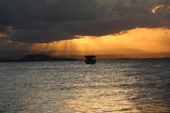 Boot in einem Sonnenuntergang Lizenzfreie Stockfotos