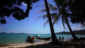 Boot an einem tropischen Strand stock video