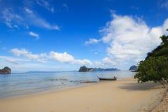 Boot en Blauwe hemel, Trang Thailand Stock Foto