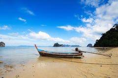 Boot en Blauwe hemel, Trang Thailand Stock Foto's